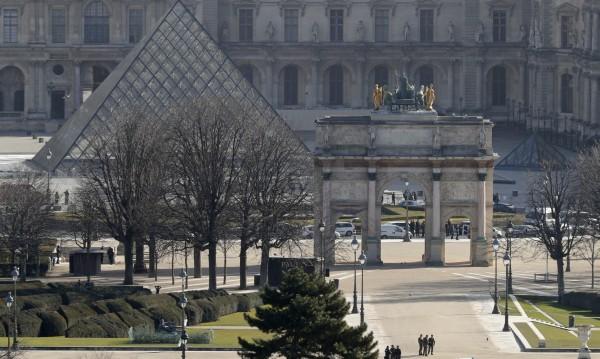Евакуираният персонал на търговски център под Лувъра се върна на работа
