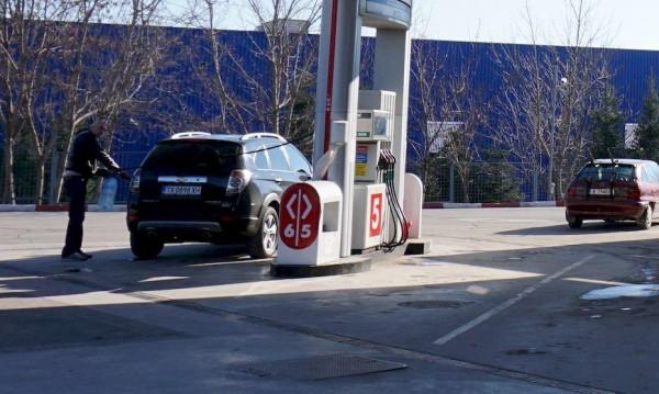 Зареждаме най-евтиният бензин в ЕС, но пък у нас – парадокси
