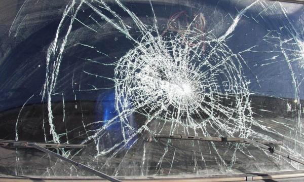 """След ПТП във """"Враждебна"""" – мъж потроши кола с тръба"""