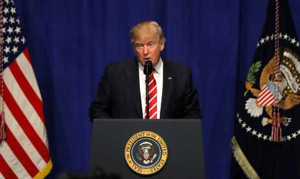 """Тръмп нападна """"Ню Йорк таймс"""", написали, че е в изолация в Белия дом"""
