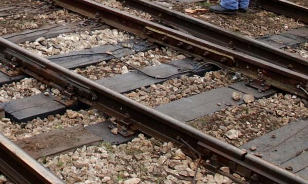 Парапет от надлез падна върху жп линията в Шумен