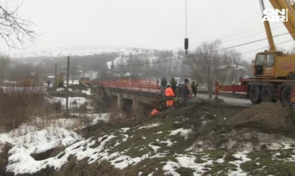 Пореден инцидент: Срути се пешеходната част на мост