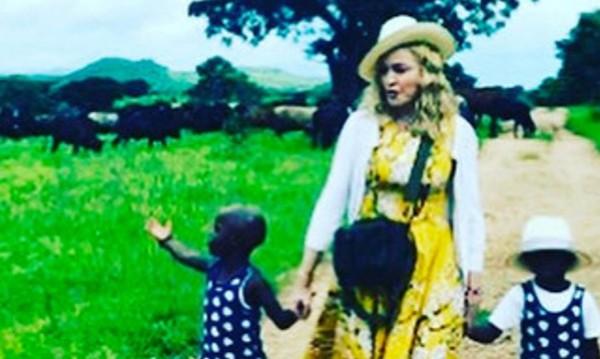 Мадона се разходи с новите си деца от Малави
