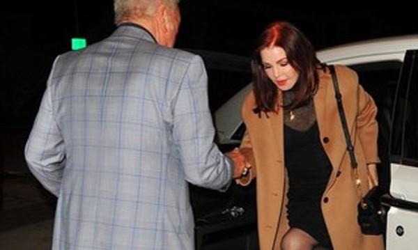 Том Джоунс ухажва съпругата на Елвис
