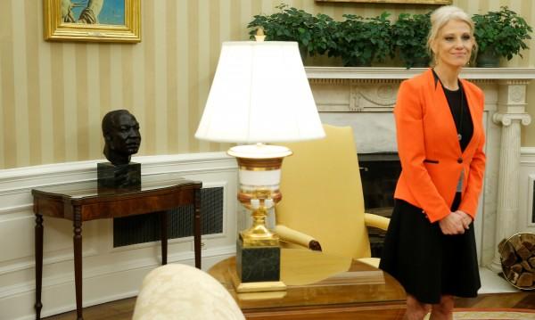 Съветничка на Тръмп: Купувайте нещата на Иванка!