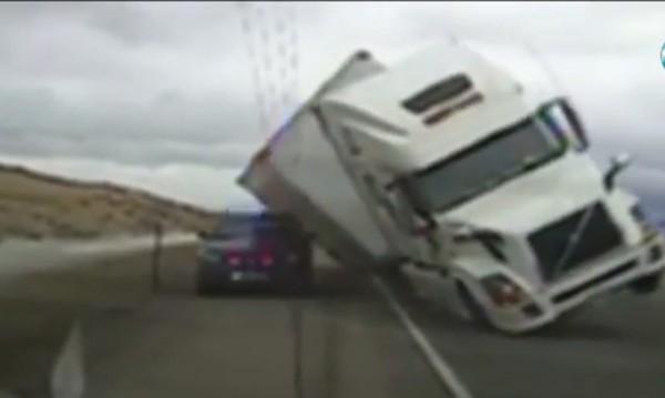 """Вятър """"стовари"""" камион върху полицейска кола в САЩ"""