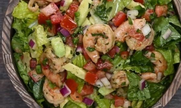 Рецептата Dnes: Салата със скариди и авокадо