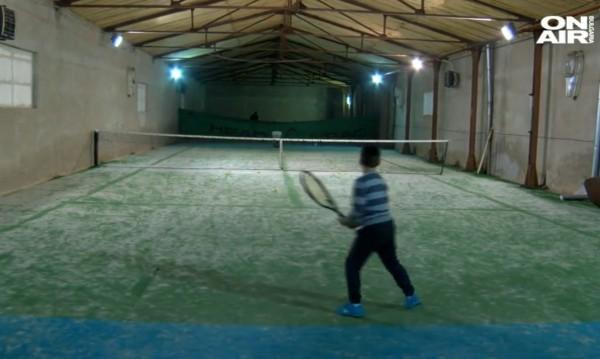 Огромно желание и много мечти: Да играеш тенис в производствено хале
