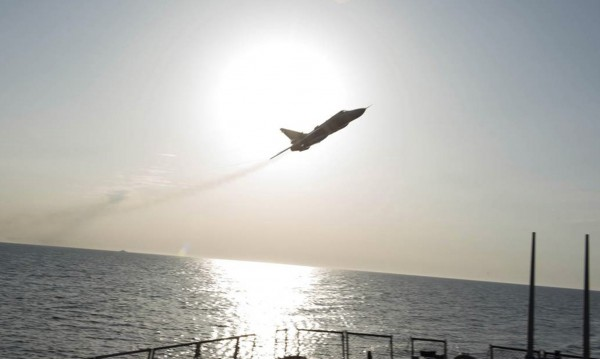 Опасна близост: Руски военни самолети над US боен кораб
