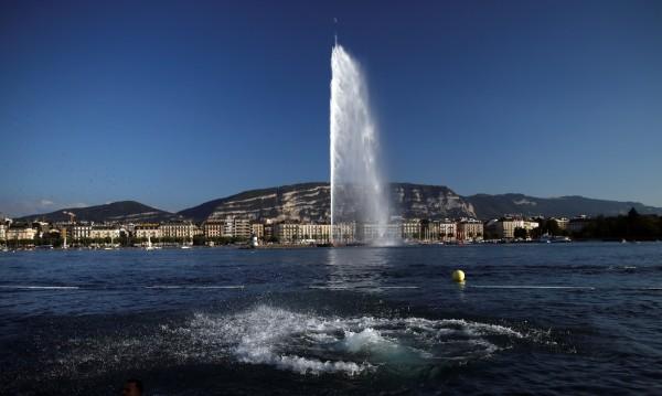 Красивият фонтан в Женевското езеро