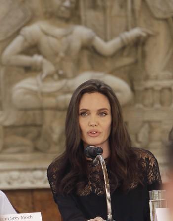 Джоли представи новия си филм в Камбоджа