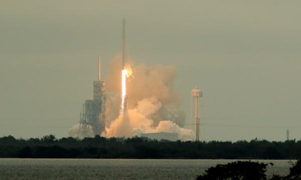 Дракон в космоса: SpaceX изстреля товарен кораб към МКС