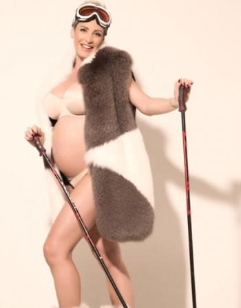 Бременната Джина Стоева провокира с гол корем