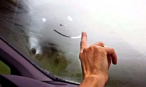 Стъклото на колата се запотява. Как да го избегнем?