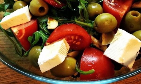 Рецептата Dnes: Салата с рукола, маслини и сирене