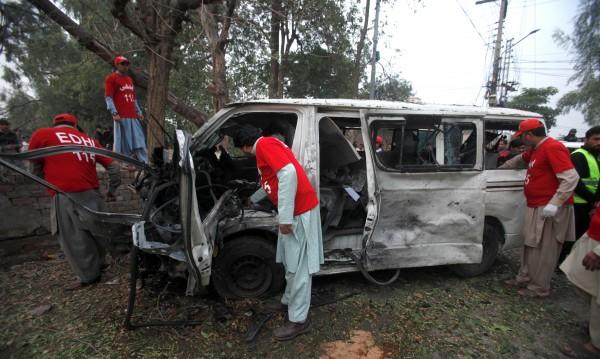 Камикадзета атакуваха пакистански съд, има жертви