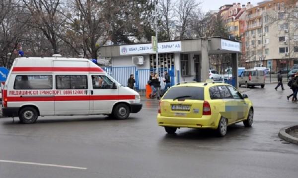 Пред болница във Варна: Линейки vs. таксита