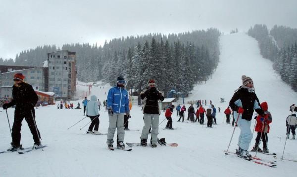 За 3 март: Ски с трибагреници и носии на Пампорово