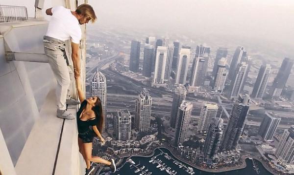 Безмозъчно селфи: Рускиня увисна от 73-ия етаж