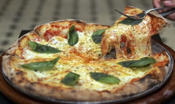 Исландският президент с проблем: Ананасът върху пицата?