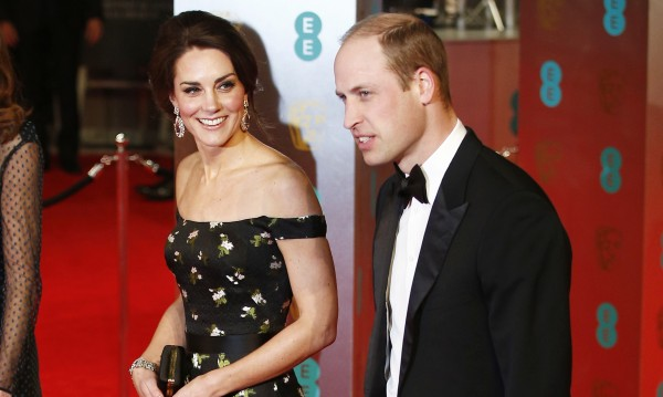 Кейт и Уилям не се държат за ръка на публично място, защо?