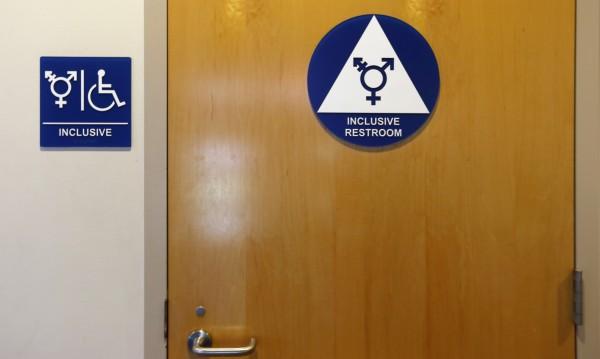 """В САЩ се разгаря транссексуална """"война на тоалетните"""""""