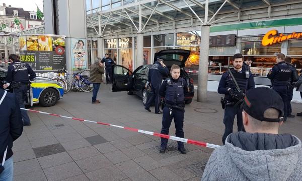 Кола се вряза в пешеходци в Германия, рани трима
