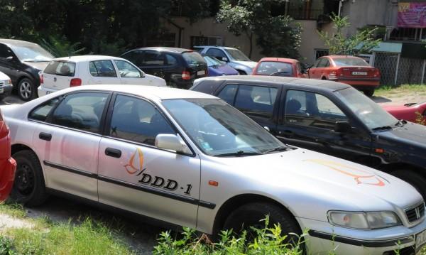 Каруци и прашасали коли на наказателните паркинги