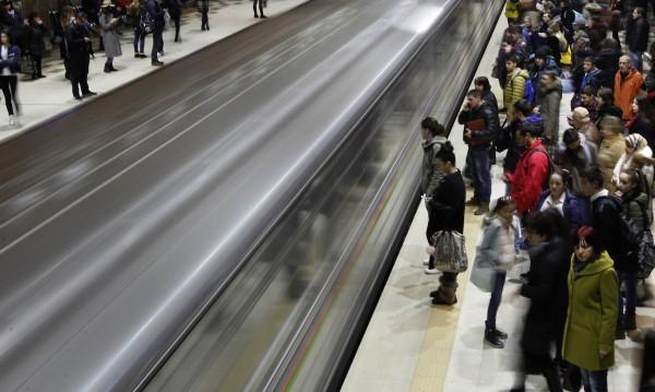 Гледки в метрото: Кал и паднали плочки
