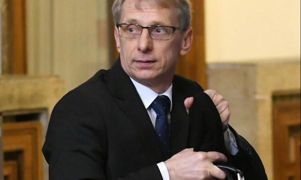 Министър Денков: Лекари няма за училищата!