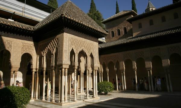 Алхамбра – красивият дворец в Гранада