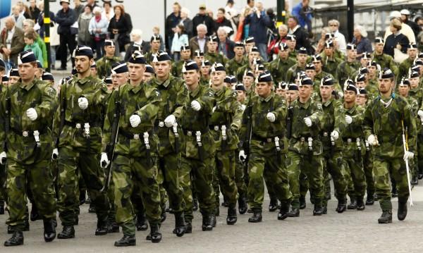Швеция връща задължителната военна служба