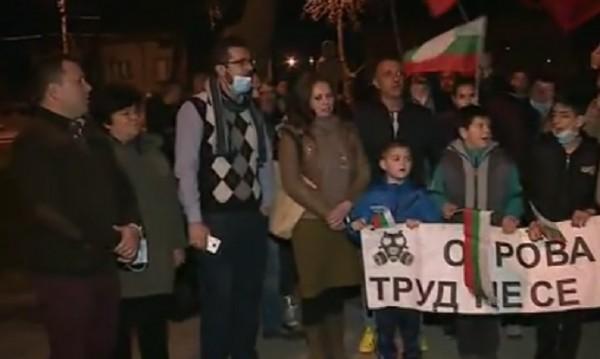 На протест в Труд: Задушлива миризма от завод трови жителите