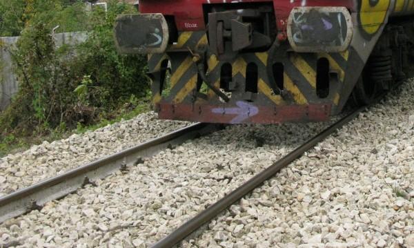 Кола влезе на жп прелез при спуснати бариери, загина жена