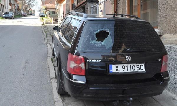 Задържаха младежи, изпочупили 15 коли в Дупница