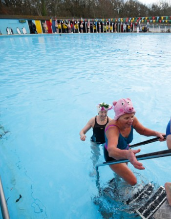 Сметките: Колко урина има в плувните басейни?