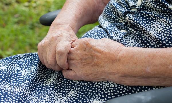 Твърде млад за длъжността: Ресторант наема само баби