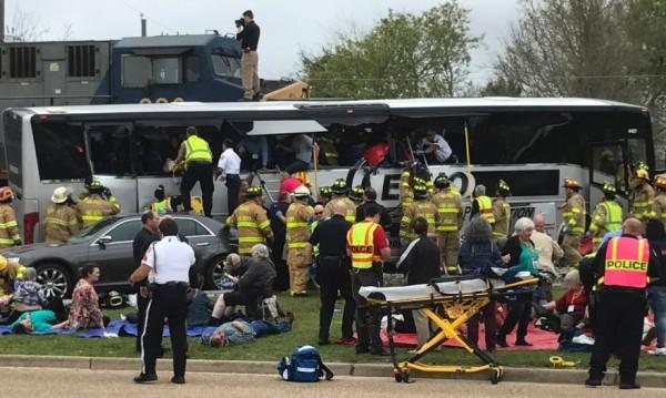 Тежка катастрофа между влак и автобус, 4-ма загинали