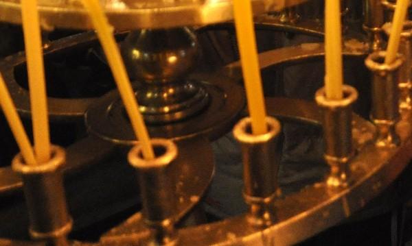 Арест за двама, крали бронзови свещници и меден купел от храм