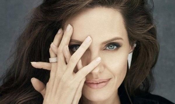 Джоли ухае на любимия парфюм на майка си