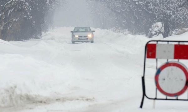 Зимата е още тук: Сняг затрудни движението в проходите