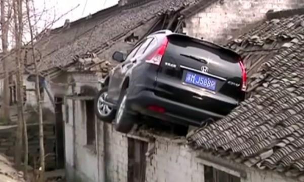 Паркиране по китайски: Право на… покрива