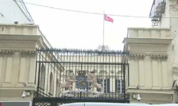 Протест в Истанбул: Смъкнаха холандския флаг от консулството