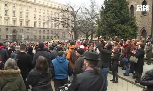 Десетки подкрепиха отец Кортези пред Президенството