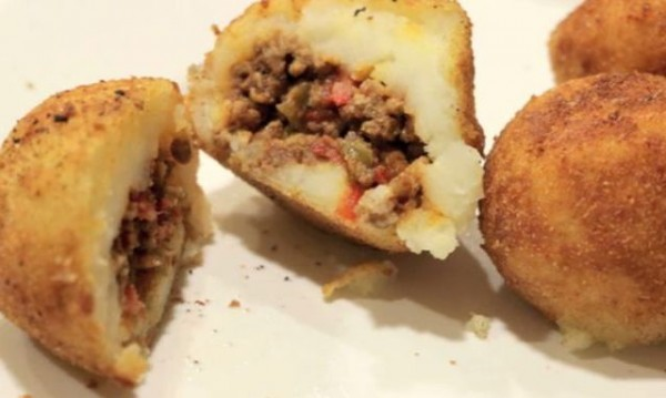 Рецептата Dnes: Пълнени картофи с кайма, грах и лук