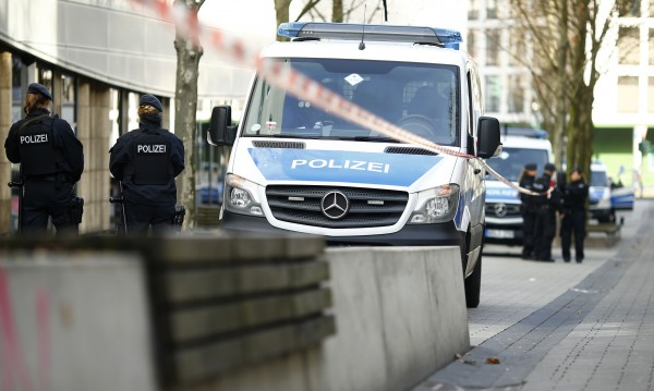 Въоръжен държи заложници в германския град Дуисбург