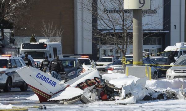 Два малки самолета се удариха над мол в Монреал