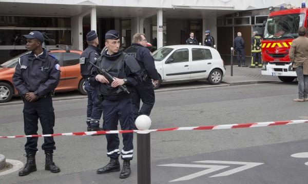 """Мъж нападна военен патрул на летище """"Орли"""" в Париж"""