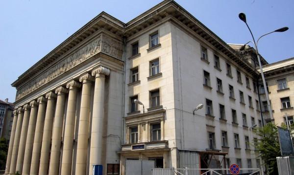Евакуация  в Операта: Изведоха 600 души заради странна миризма