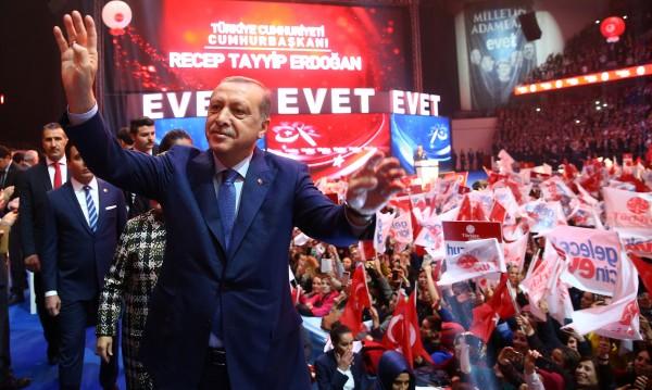 Слух за преврат разбуни Анкара – стотици по улиците